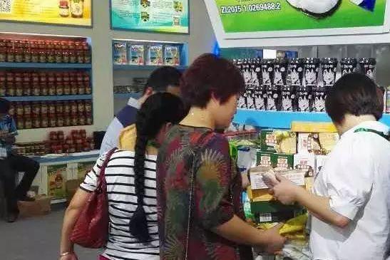消费者们挑选购买挑选南国美味