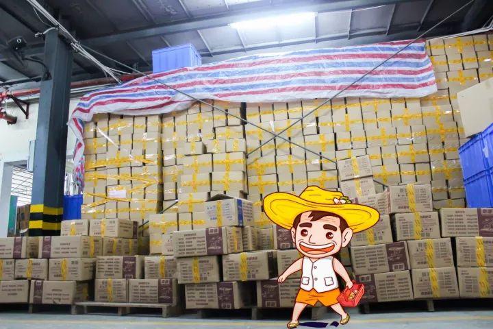 堆满包裹的仓库