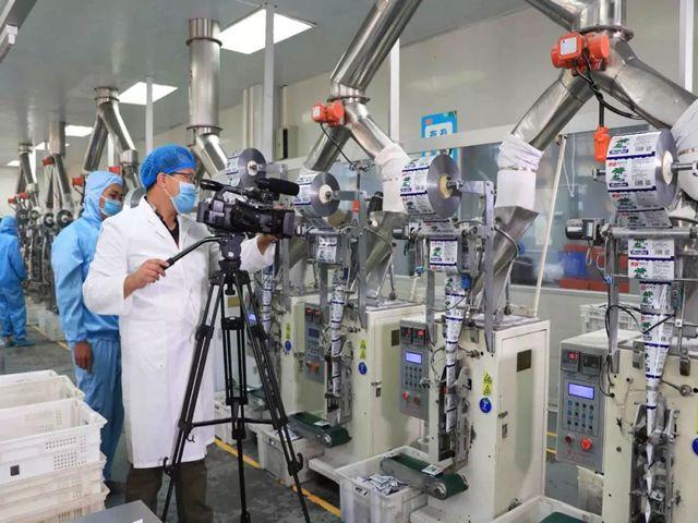 中央电视台《信用中国》栏目组在生产车间拍摄