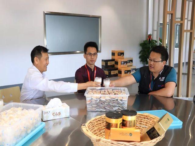 刘汉惜董事长和媒体朋友品尝椰子营养素