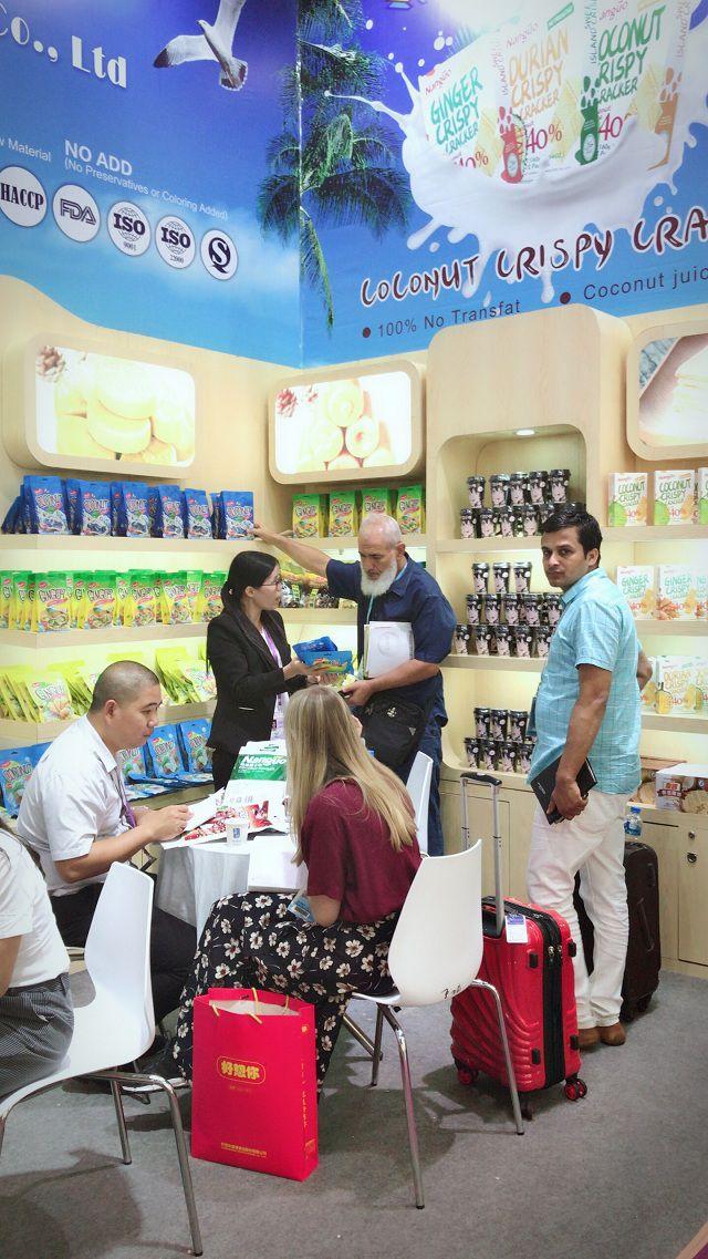客商对南国椰子糖颇感兴趣.JPG