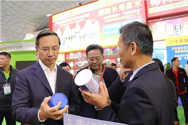省委副书记李军莅临南国食品展位指导工作