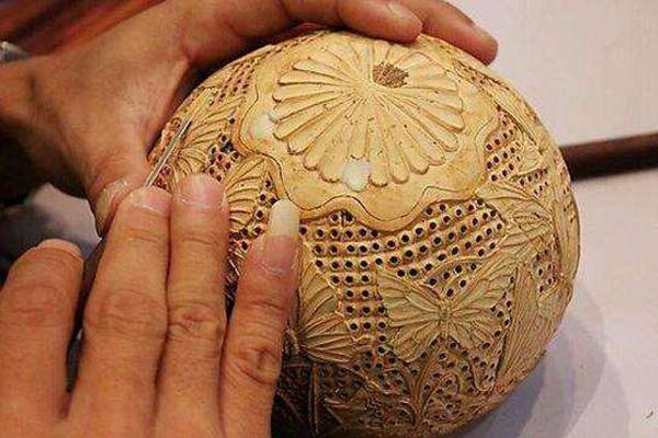 海南特产制品:椰雕